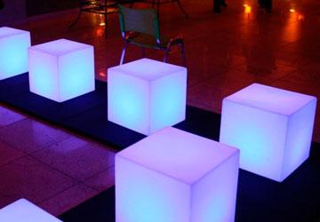 Alquiler Cubos iluminados para eventos.